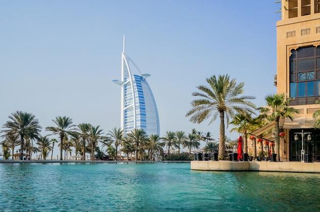 Дубай. водный оазис на территории мадинат джумейра мина а салам. вид на знаменитую гостиницу бурдж аль араб.