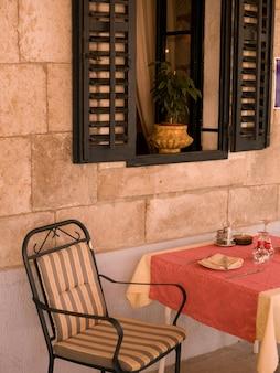 Dubrovinikの屋外カフェで空の椅子