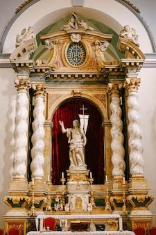 ドゥブロヴニククロアチアかもしれませんドゥブロヴニククロアチアは古い聖なる告知の教会の内部かもしれません