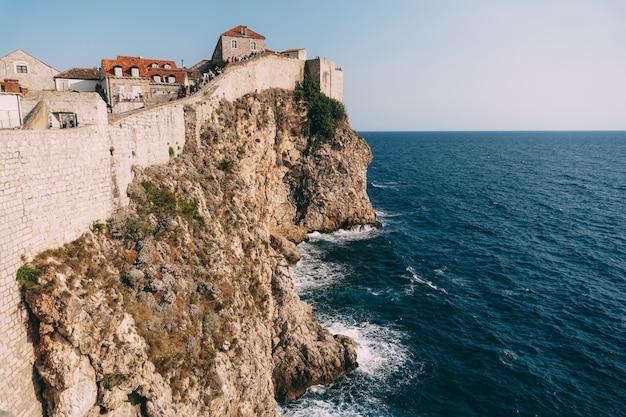 Дубровник хорватия: вид от форта ловриенац до стены дубровник старый город в хорватии путешествия
