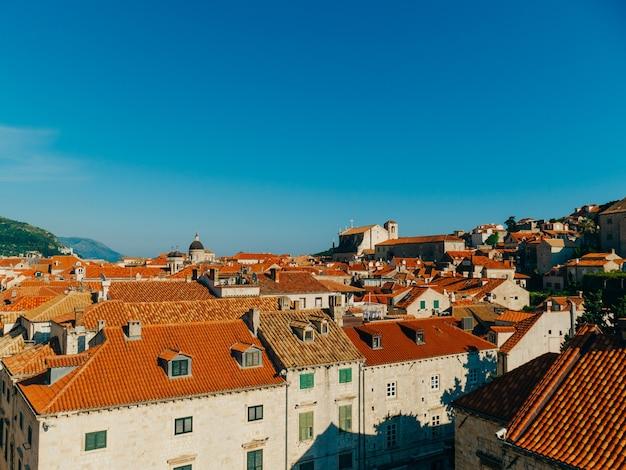 ドゥブロヴニク旧市街クロアチアの家の教会の瓦屋根