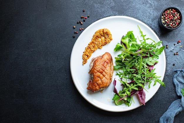 Жареная утиная грудка и листья салата порционное мясо на гриле или барбекю мясо птица
