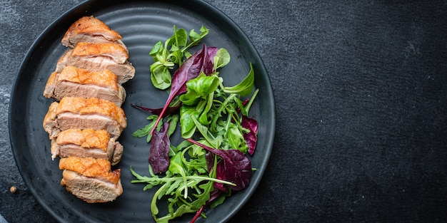 アヒルの胸肉グリル肉炒めミックスサラダの葉バーベキューロースト鶏肉