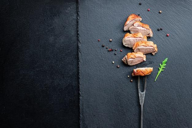 테이블에 오리 가슴살 튀김 가금류 바베큐 그릴 부분 건강한 식사 간식