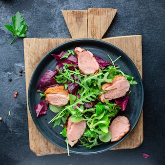 Салат из утиной грудки, микс зеленые листья салата