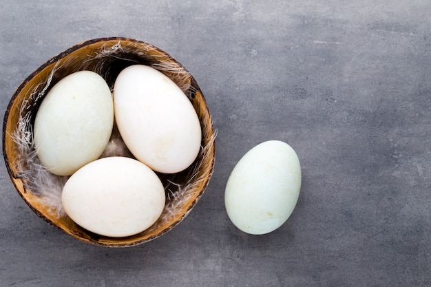 Утиные яйца на миске