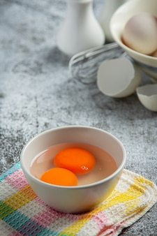 暗い表面にアヒルの卵