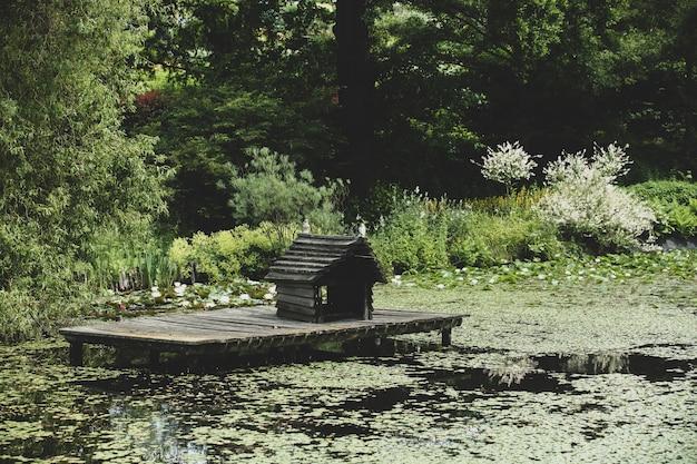 공원에있는 연못에 오리 집. 측면보기