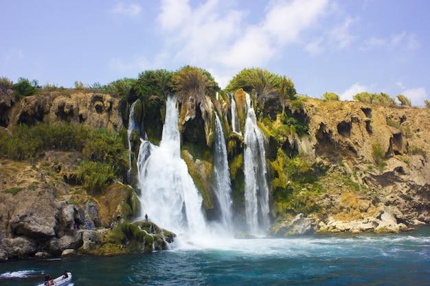 Водопад дуден в анталье турция. средиземное море. путешествующий