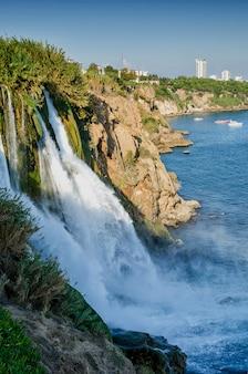Duden водопад в анталии, турция в прекрасный летний день