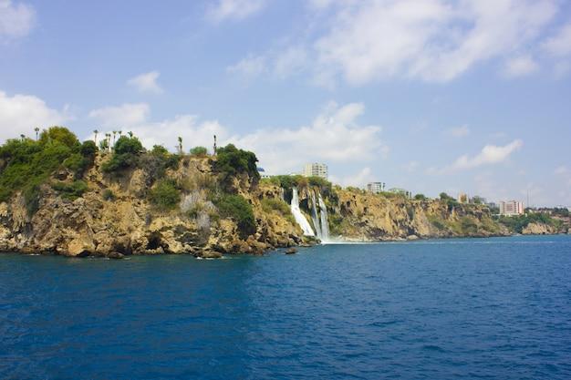 トルコアンタルアのduden滝。地中海。旅行
