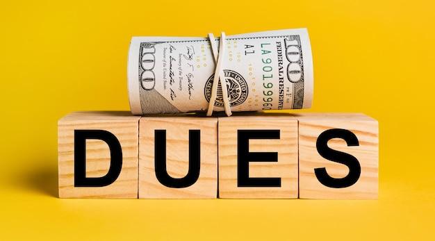 黄色の背景にお金の会費。ビジネス、金融、クレジット、収入、貯蓄、投資、交換、税金の概念
