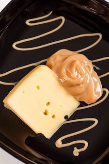 Дульсе де лече с сыром (doce de leite) сладкое, сделанное из молока, произведенное в бразилии и аргентине.