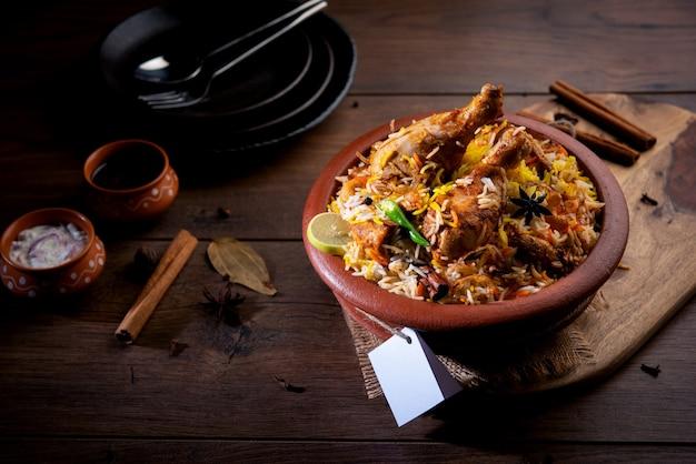 Куриный дум ханди бирьяни готовится в глиняном или глиняном горшочке под названием хаанди. популярные индийские невегетарианские блюда