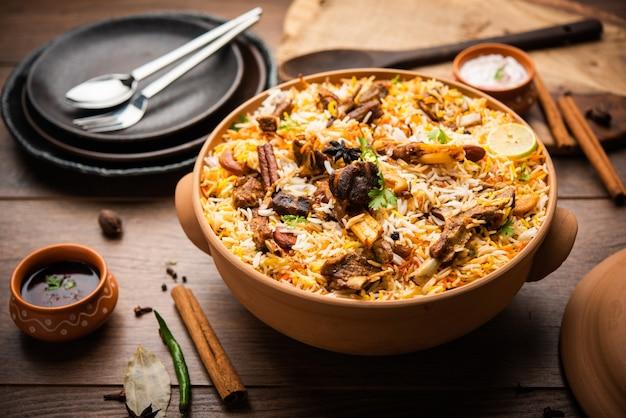 Дум ханди баранина бирьяни или гошт плов готовится в глиняном или глиняном горшке, который называется хаанди или размером 1 килограмм. популярные индийские невегетарианские блюда