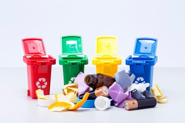 다른 색상의 덤프 및 쓰레기 용기. 쓰레기 분리수거.