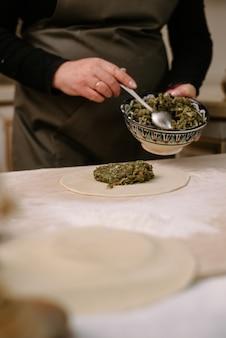 牛挽肉、ラム肉、生地からdump子、マンティ、ヒンカリを作る。手作りの料理