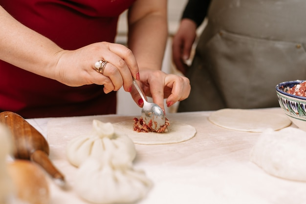 牛ひき肉、ラム、生地からdump子、マンティ、ヒンカリを作る。手作りの料理