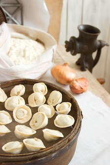 まな板で伝統的なペリメニまたはdump子。自家製の準備食品。