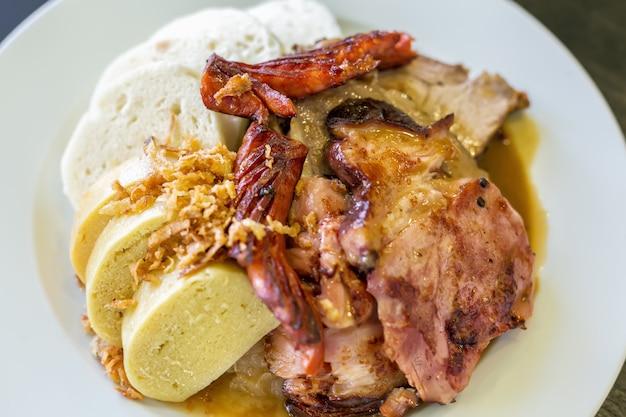 チェコの伝統料理dump子キャベツと豚肉のプレート、トップビュー、セレクティブフォーカス