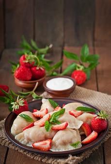 イチゴとサワークリームと新鮮なdump子