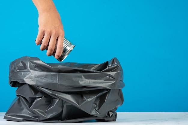 Scaricare la spazzatura nei sacchi della spazzatura