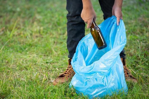 Выгрузка мусора в мешки для мусора