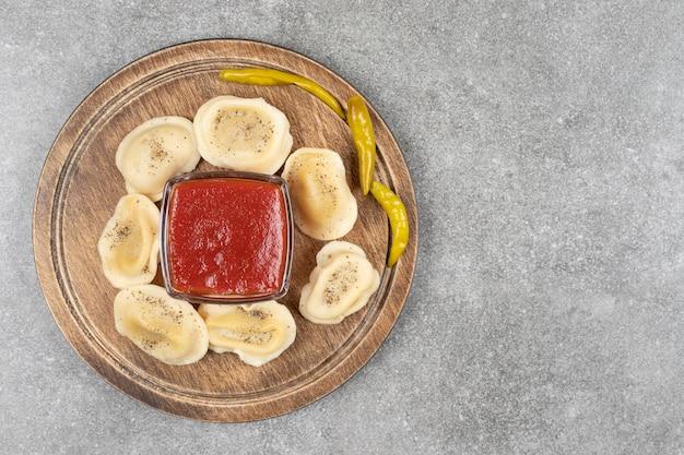 木の板に肉で満たされた餃子