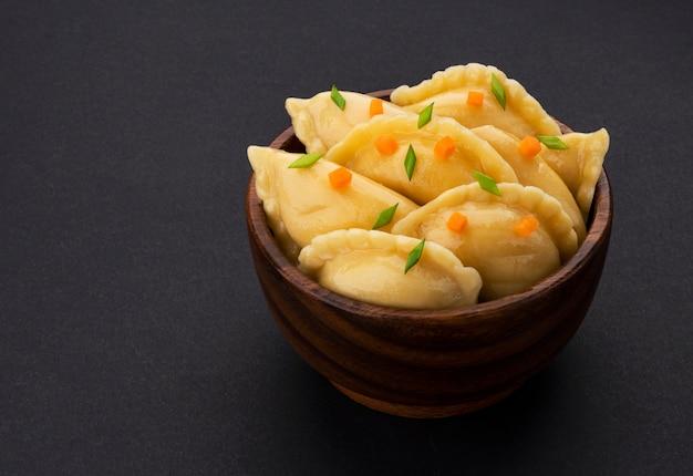餃子、ロシアのヴァレニキ、黒い表面にペリメニ