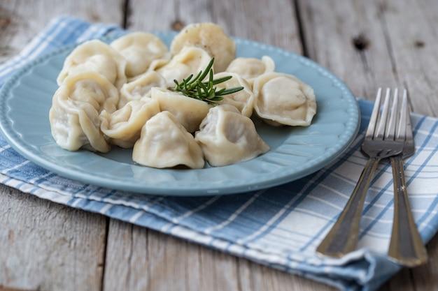 肉、ラビオリ、餃子を詰めた餃子。詰め物入り餃子。ロシア料理。コピースペース。