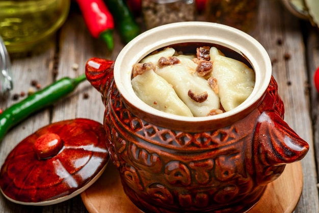 土鍋に肉とジャガイモの餃子
