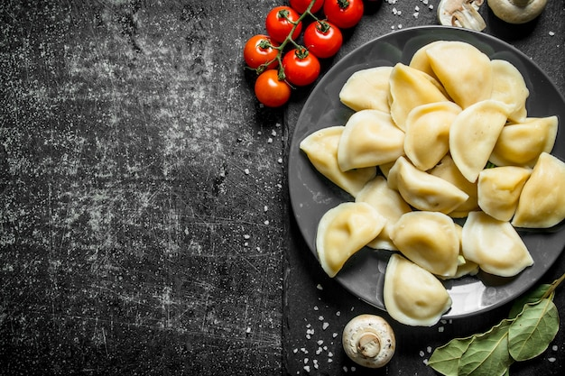 Dumplings with mushrooms, tomatoes and bay leaf.