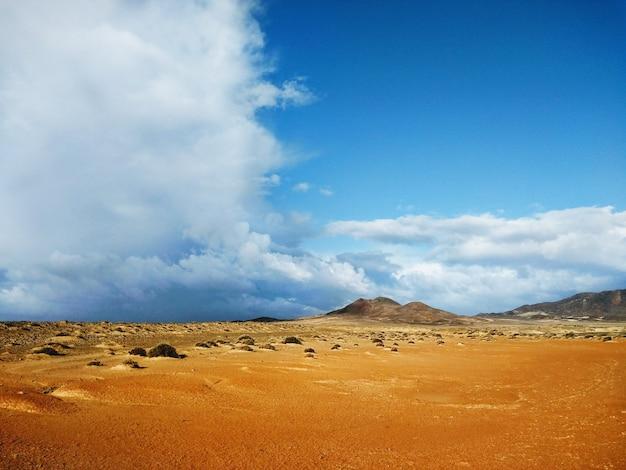 スペイン、フェルテベントゥラ島の遠くの砂丘と山々。