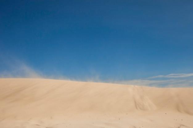 푸른 하늘 가진 모래 언덕