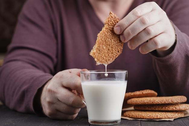 Данкинг печенье в стакане молока
