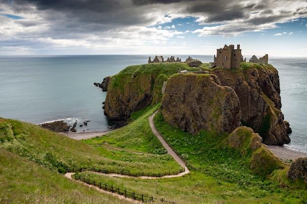Замок данноттар, построенный в 13 веке, шотландия