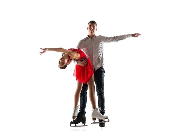 Фигурное катание дуэта изолированное на белой стене с copyspace. два спортсмена тренируются и тренируются в действии и движении. полный грации и невесомости. понятие движения, спорта, красоты.