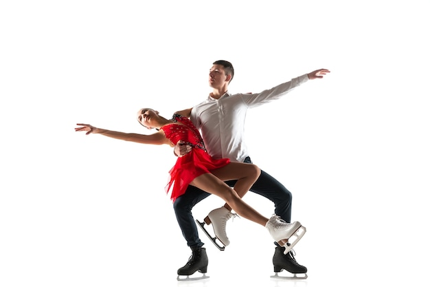 Фигурное катание дуэта изолированное на белой стене с copyspace. два спортсмена тренируются и тренируются в действии и движении.