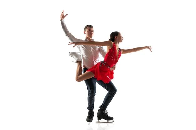 듀오 피겨 스케이팅 copyspace와 흰 벽에 고립. 두 스포츠맨 연습과 행동과 운동 훈련.