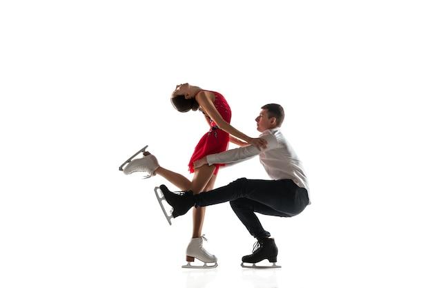 Дуэт фигурного катания изолирован. два спортсмена тренируются и тренируются в действии и движении. полный грации и невесомости. понятие движения, спорта, красоты.