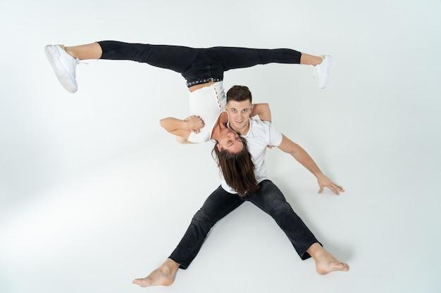 Дуэт акробатов, показывая трюки, изолированных на белом. Premium Фотографии