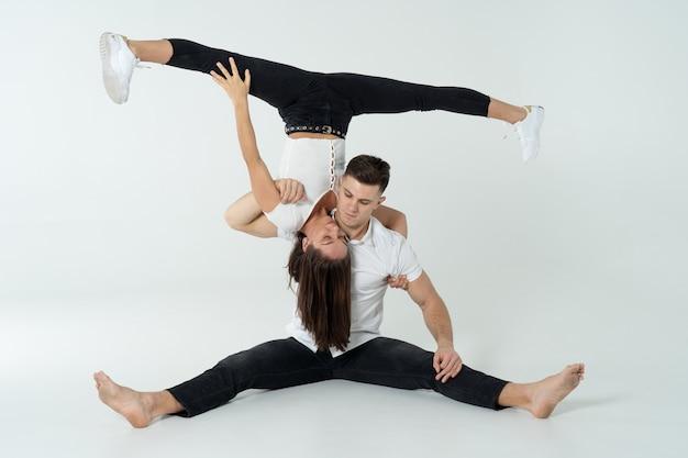 Дуэт акробатов, показывая трюки, изолированных на белом.