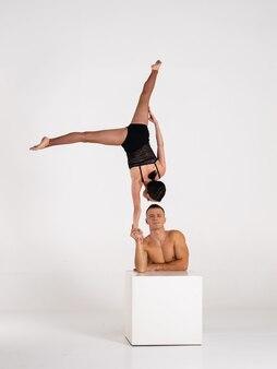 Дуэт мужских и женских акробатов, показывающих из рук в руки