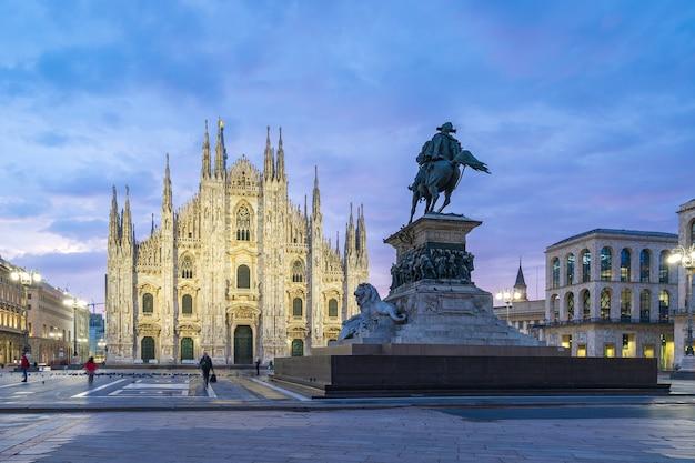 Миланский собор с красивым небом в сумерках в милане, италия.