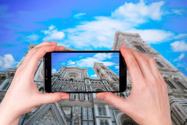 イタリア、トスカーナ、フィレンツェのミケランジェロ広場のサンタマリアデルフィオーレ大聖堂。観光客が写真を撮る
