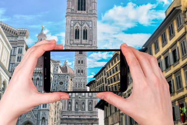 Duomo santa maria del fiore in piazzale michelangelo in florence, tuscany, italy. tourist takes a photo