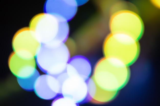 デュオトーンバイオレットとゴールドのぼやけたネオンライト。レトロな色の抽象的な背景。