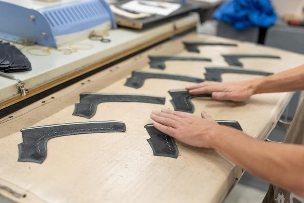 Дублирование деталей верхней бязи с пропиткой клеем обувного производства.