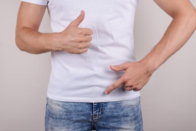 지속 시간 문제 치료 치료 열정 비뇨기과 개념. 사타구니 지퍼 바지 바지 청바지를 보여주는 행복한 기쁜 남자의 자른 클로즈업 사진은 고립 된 회색 벽처럼 줄