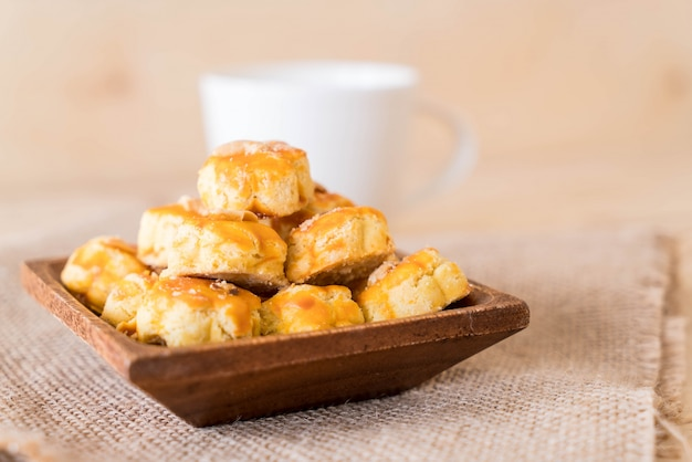 Дурианское печенье на белой тарелке
